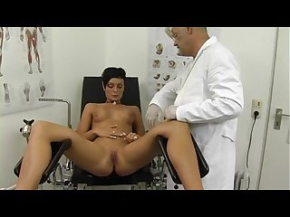 Sandras Pussy deeple exaimined by the doctor