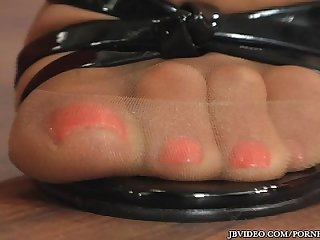 Latin chick shows of her sexy toes thru her pantyhose