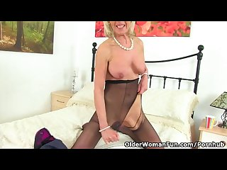 Uk gilf elaine pleasures her 60 year old clit with a sex toy
