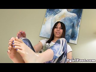 Bigfeet fetish trans pours oil over her feet