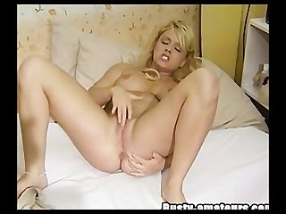 Busty chick jerkoff her sweet pussy
