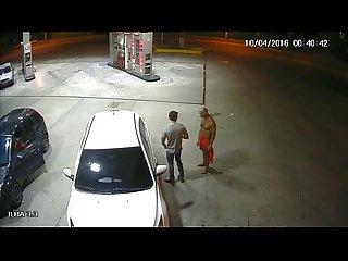 Caiu na net pm chupando o pau do pedestre no posto de gasolina