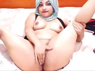 Sexy Arabian slut playing solo - camdystop.com