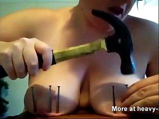 Madura clavandose clavos en las tetas nailing down her own tits