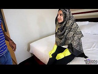 Hijab Room Service فتاة �?را�?�?ة عرب�?ة Shy 18yo Arab teen maid brings extra pillows..