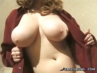 Voluptuous Babe shows her sweet pussy easydatingx com