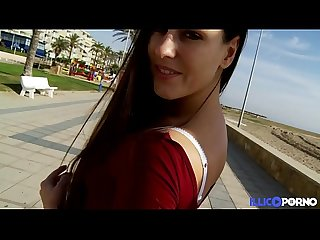 M�a, la sublime Tch�que, bais�e � Barcelone [Full Video]