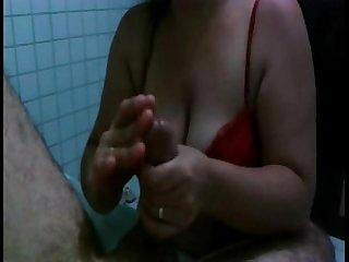 Esposa batendo punheta no marido