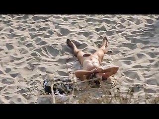 Nudista espiado en la playa hermosa verga