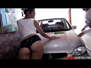 Flagra de loiras s de calcinha lavando carro