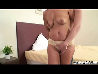 He fucks her old snatch