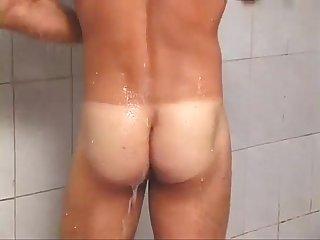 Brasilero caliente consigue cojer en la ducha