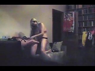 Lesbianas con dildos juegan en el sofa