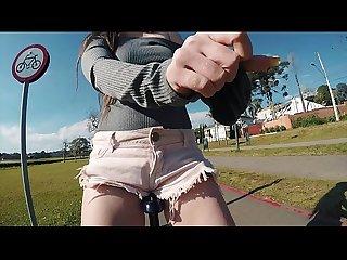 Irm�s novinhas exibindo a buceta e os peitinhos em p�blico andando de bike sem calcinha no parque