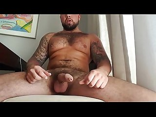 Homem com penis uncut gozando