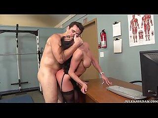 Kendra lust en Lenceria negra cojiendo duro en un gimnasio