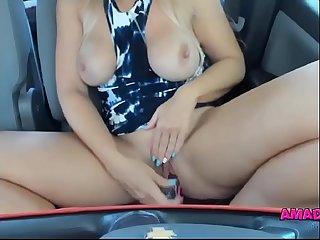 Coroa gostosa mexendo na buceta gorda dentro do carro