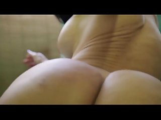 Madurita venezolana masturbandose con una botella