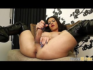 Hugetits tranny spreads her legs and wanks