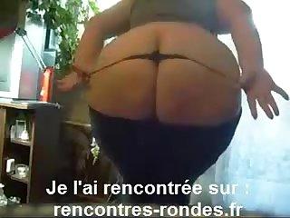 femme ronde avec legging sexy montre sa cellulite et ses grosses fesses