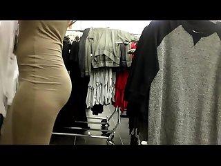Asiatica que atiende en las galerias de ropa bajalo en pdi2 net w6
