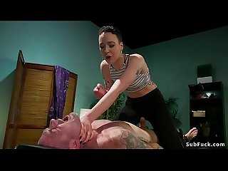 Masseuse Anaal neukt Man in bondage