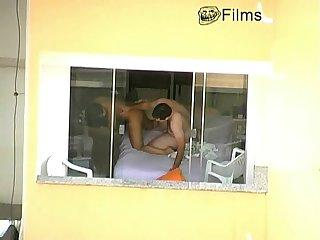 Casal trepando de janela aberta