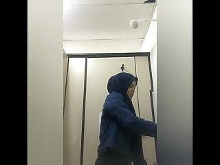 Cewek jilbab eksis depan kamera