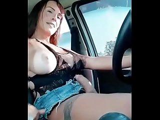 Pattyzinha tocando uma enquanto dirige