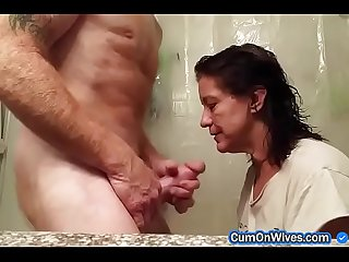 Horny mature wife gives rough head in the bath