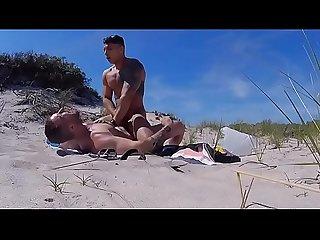 Pegao na praia entre machos gostosos www garotoesperto com