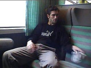 Raphael se branle dans le train