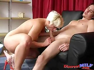 Young man gives the milf to swallow his dick
