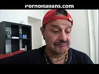 Ragazza bionda porcella Fa Pompino a vecchio peloso blonde girl does blowjob to